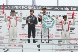 優勝した石浦(中央)、2位の塚越(左)、3位の伊沢(右)