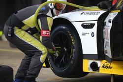 #98 Rowe Racing BMW M6: Stef Dusseldorp, Nick Catsburg, pit action