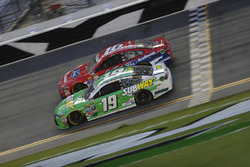 Carl Edwards, Joe Gibbs Racing Toyota, Greg Biffle, Roush Fenway Racing Ford