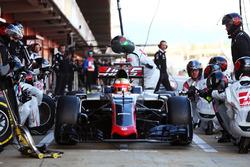 Esteban Gutierrez, Haas F1 Team VF-16 practices a pit stop