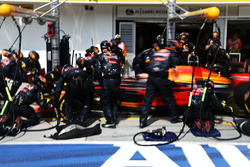 Daniel Ricciardo, Red Bull Racing RB12 in the pits