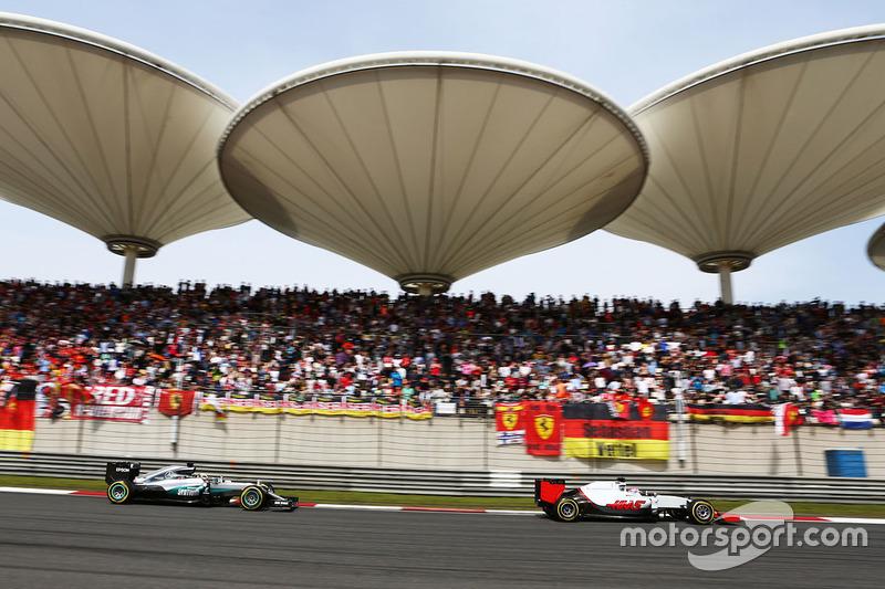 Romain Grosjean, Haas F1 Team VF-16 leads Lewis Hamilton, Mercedes AMG F1 Team W07