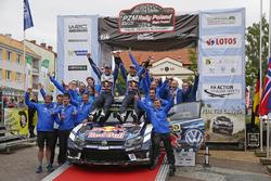 Winners Andreas Mikkelsen, Anders Jäger, Volkswagen Polo WRC, Volkswagen Motorsport with team