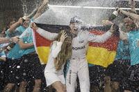 Формула 1 Фотографії - Ніко Росбергg, Mercedes AMG F1 святкує чемпіонство з дружиною Вівіан Rта командою