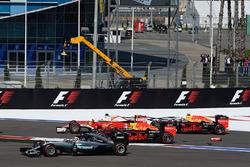 Start crash with Sebastian Vettel, Ferrari SF16-H, Daniil Kvyat, Red Bull Racing RB12, Daniel Ricciardo, Red Bull Racing RB12 and Lewis Hamilton, Mercedes AMG F1 Team W07