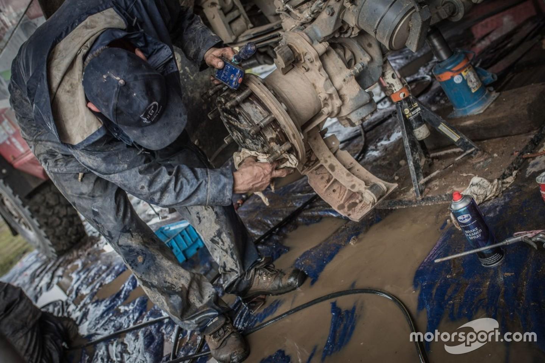 dakar-dakar-2017-mechanic-working-on-the