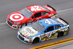Kyle Larson, Chip Ganassi Racing Chevrolet, Kevin Harvick, Stewart-Haas Racing Chevrolet