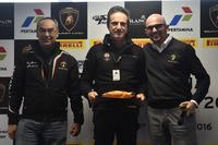 Lamborghini Super Trofeo Foto - Il responsabile Pertamina sui campi di gara, Tancredi Pagiaro, titolare e team principal di Lazarus, e Giorgio Sanna, head of motorsport di Automobili Lamborghini
