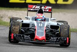 Romain Grosjean, Haas F1 Team VF-16 runs wide