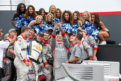 Race winner Will Power, Team Penske Chevrolet takes a selfie with his team