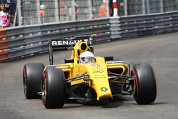 Kevin Magnussen, Renault Sport F1 Team RS16 with a broken front wing