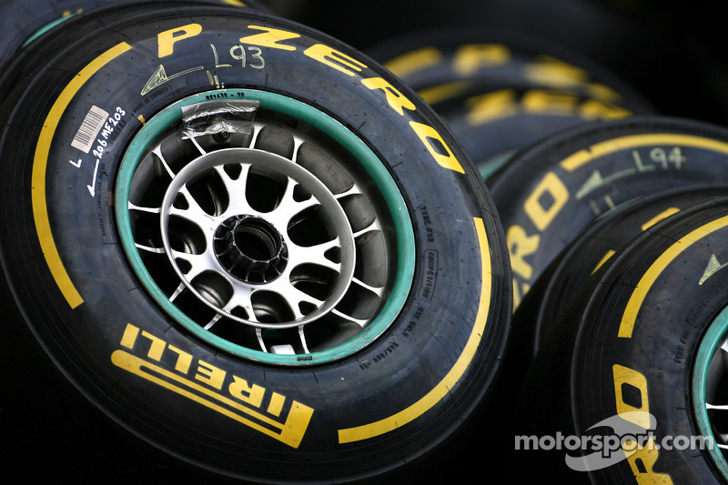 Pirelli Zero Yellow and P Zero Red under the lights of Singapore