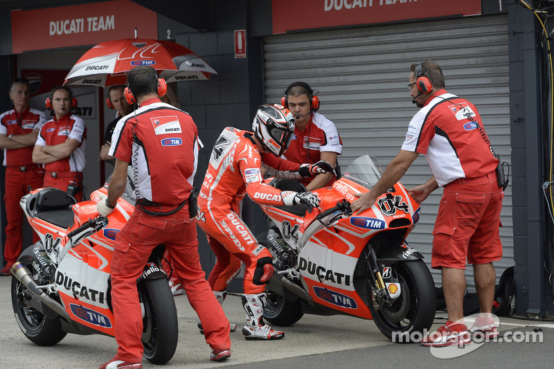 Desmosedici GP13 were kept in garage for day 1 at Motegi