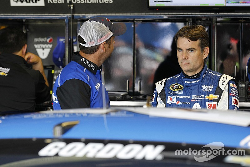 Pit crew changes for Jeff Gordon at Michigan