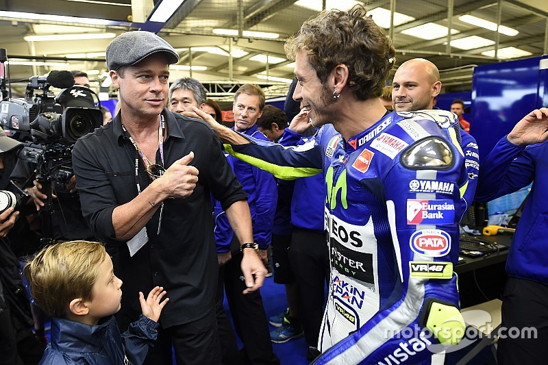 Valentino presume felicitación de Brad Pitt