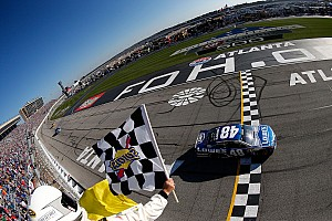 Monster Energy NASCAR Cup Raceverslag Johnson wint op Atlanta, evenaart record Earnhardt