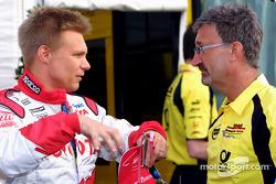 Mika Salo discussing with Eddie Jordan
