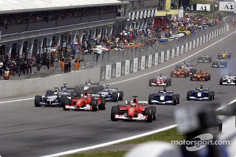 Approaching the first corner: Rubens Barrichello taking the lead in front of Michael Schumacher and Ralf Schumacher