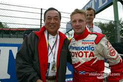 Executive Vice President of Panasonic Mr Kawada with Allan McNish on the starting grid