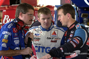 Kurt Busch chats with Jeff Burton and Paul Andrews