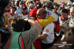 Race winner Jimmy Vasser and Bobby Rahal congratulate each other