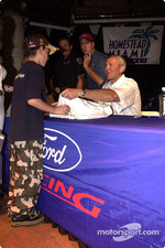 Dale Jarrett pleases fans with signatures
