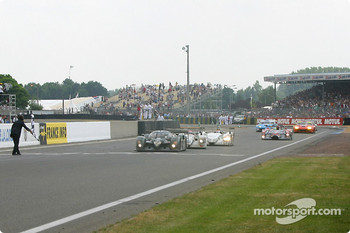 #7 Team Bentley Bentley Speed 8: Tom Kristensen, Rinaldo Capello, Guy Smith takes the checkered flag