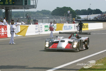 #11 JML Team Panoz Panoz-Elan LMP01: Olivier Beretta, Max Papis, Gunnar Jeannette takes the checkered flag