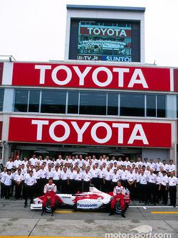 Family picture for Olivier Panis, Cristiano da Matta and Team Toyota