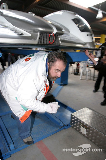 Undertray inspection on the #5 Audi Sport Japan Team Goh Audi R8