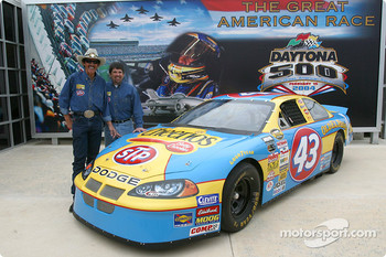 Petty Enterprises press conference: Richard Petty and Jeff Green pose with the #43 Cheerios Dodge