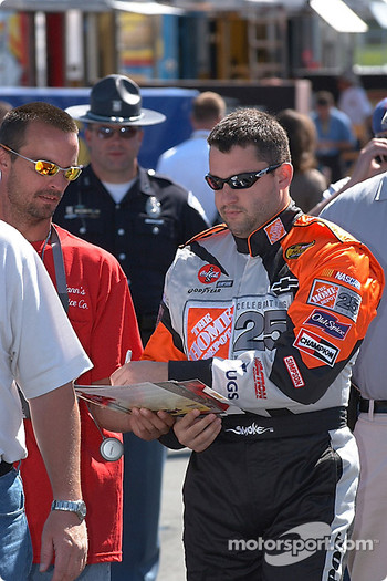 Tony Stewart walks the gauntlet of fans