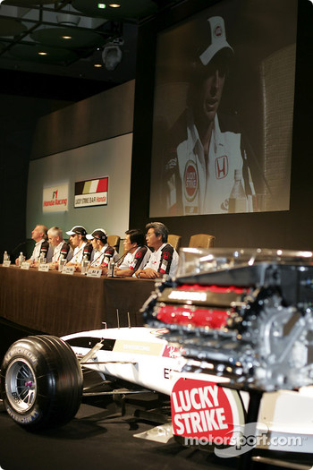 Honda Racing press conference: Honda RA004E, B.A.R Honda 006, Ken Hashimoto, Takeo Kiuchi, Takuma Sato, Jenson Button, Geoff Willis and David Richards