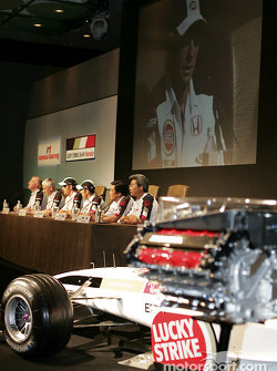 Honda Racing press conference: Honda RA004E, B.A.R Honda 006, Ken Hashimoto, Takeo Kiuchi, Takuma Sato, Jenson Button, Geoff Willis and David Richards