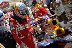 Fernando Alonso, Scuderia Ferrari has a look at the Red Bull