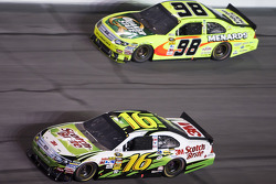 Greg Biffle, Roush Fenway Racing Ford,  Paul Menard, Richard Petty Motorsports Ford