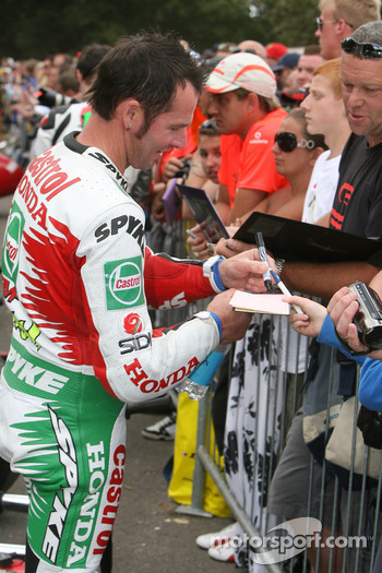 Aaron Slight signs autographs