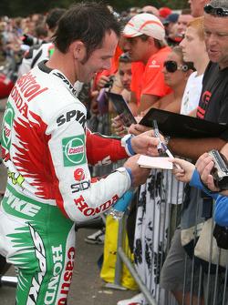 Aaron Slight signs autographs