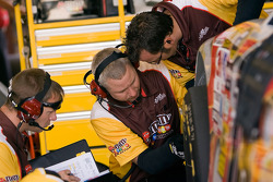 NASCAR-CUP: Dave Rogers and the No. 18 crew look over the car