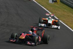 Sebastien Buemi, Scuderia Toro Rosso leads Vitantonio Liuzzi, Force India F1 Team
