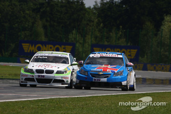 Augusto Farfus BMW Team RBM BMW 320si and Robert Huff Chevrolet, Chevrolet Cruze LT