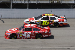 Juan Pablo Montoya, Earnhardt Ganassi Racing Chevrolet, Greg Biffle, Roush Fenway Racing Ford