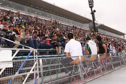 Roger Yasukawa, Conquest Racing, Takuma Sato, KV Racing Technology and Hideki Mutoh, Newman/Haas/Lanigan Racing meet fans