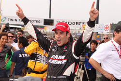 Race winner Helio Castroneves, Team Penske celebrates