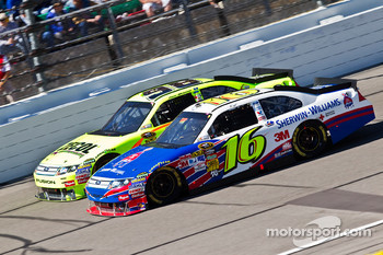Greg Biffle, Roush Fenway Racing Ford and Paul Menard, Richard Petty Motorsports Ford