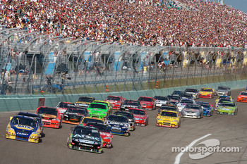 Restart: Martin Truex Jr., Michael Waltrip Racing Toyota and Carl Edwards, Roush Fenway Racing Ford lead the field