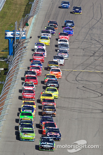 Restart: Carl Edwards, Roush Fenway Racing Ford leads the field