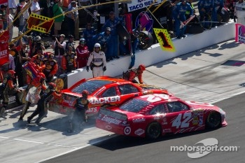 Jamie McMurray, Earnhardt Ganassi Racing Chevrolet and Juan Pablo Montoya, Earnhardt Ganassi Racing Chevrolet in the pit