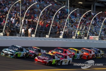 Carl Edwards, Roush Fenway Racing Ford and Jeff Gordon, Hendrick Motorsports Chevrolet lead the field