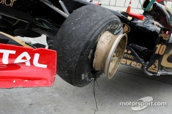 Vitaly Petrov, Lotus Renalut F1 Team crashes during P1
